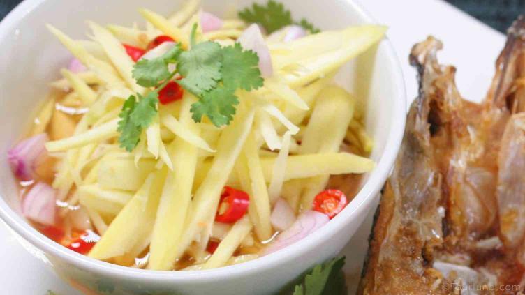 photo of delcicious mango salad to serve with deep fried sea bass