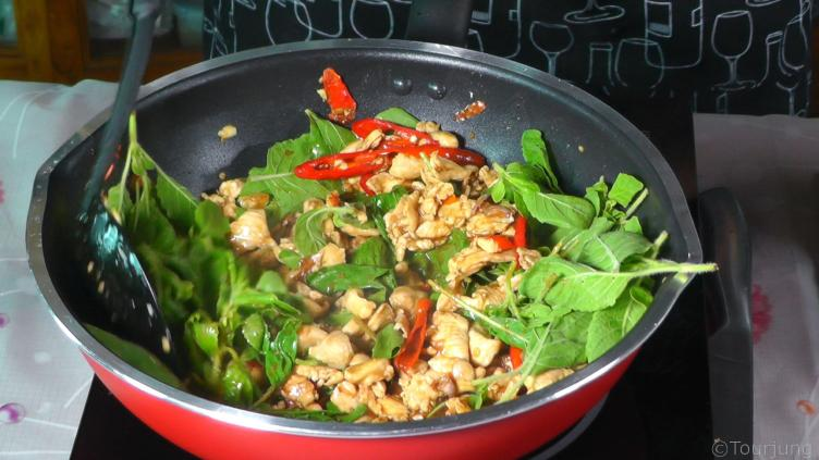 photo of cooked pad grapao gai still in the pan