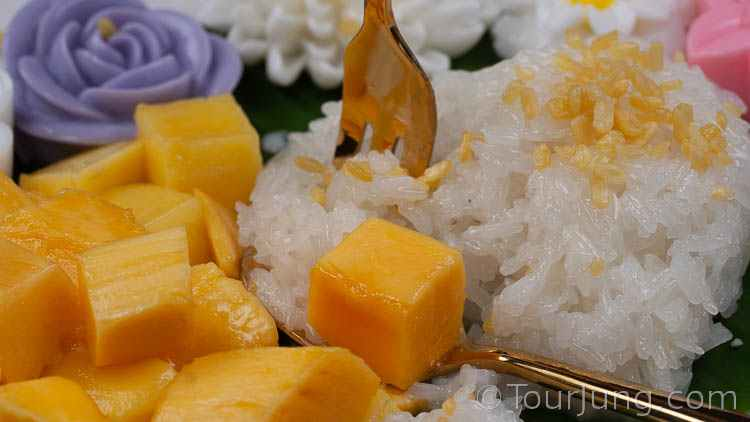 Photo close up of delicious Thai mango with sticky rice